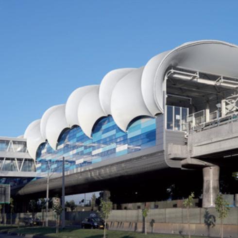 Fachada Quadroclad en las nuevas Estaciones Aéreas del metro Línea 5 / Hunter Douglas