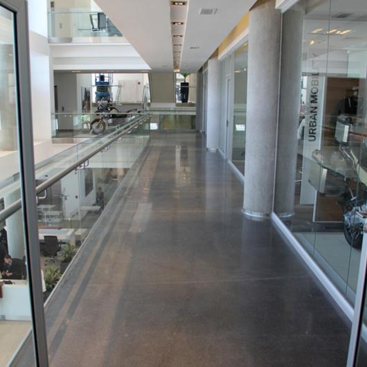 Pulido de Pisos de Hormigón en Edificio BMW / HitekPro