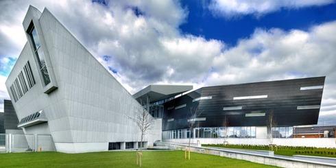 Revestimientos de exterior en oficinas comerciales de trespa for Oficinas comerciales en el exterior