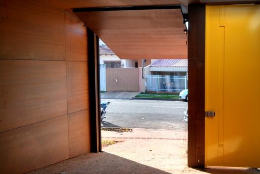Aplicação como revestimento de forro e  de parede, e como porta e portão. As portas em Naturacor aceitam diversos tipos de fechaduras