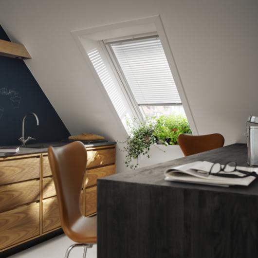 Cortinaje manual para ventanas para techo inclinado de velux for Ventanas para techo