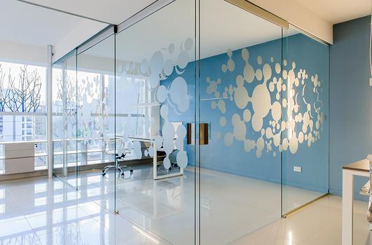 Puertas de vidrio para interiores cerramiento de escalera for Neufert gandhi