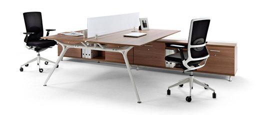 estructura con patas de aluminio inyectado y travesaos en aluminio extruido de crecimiento a partir de mesas y dobles