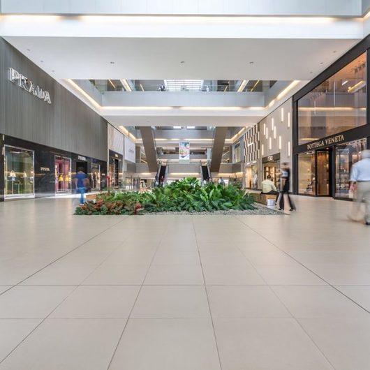 Pavimentos URBATEK en Soho Mall / Porcelanosa Grupo