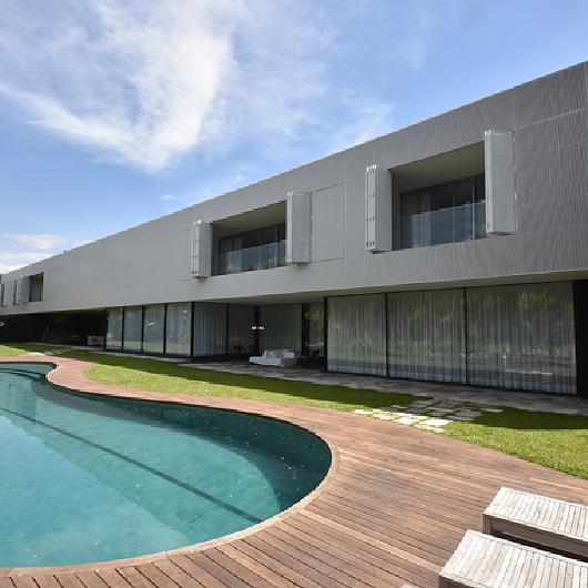 Painel Camarão com Ripado de Alumínio na Casa TFD de Isay Weinfeld / Unibox