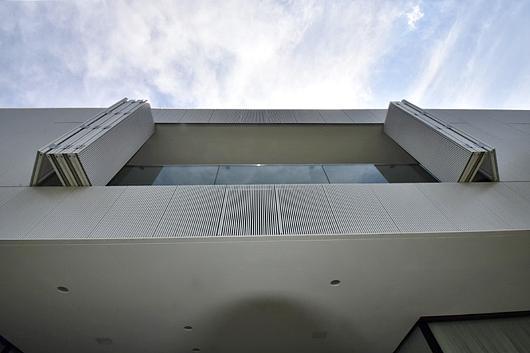 Painel Camarão com Ripado de Alumínio (Casa TFD - Isay Weinfeld) | Unibox Foto: Alexandre Liporoni