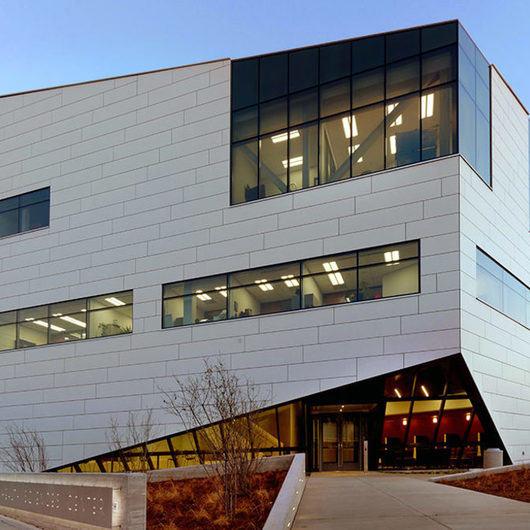 Rainscreen Cladding in O'Reilly Clinical Health Sciences Center / Swisspearl