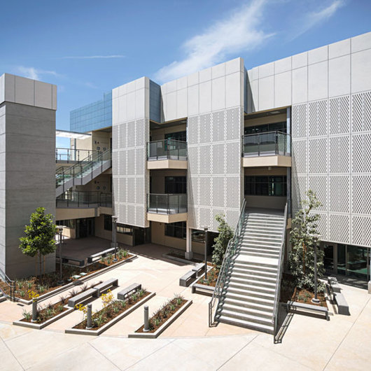 Rainscreen Cladding in Corona del Mar Middle School Enclave / Swisspearl