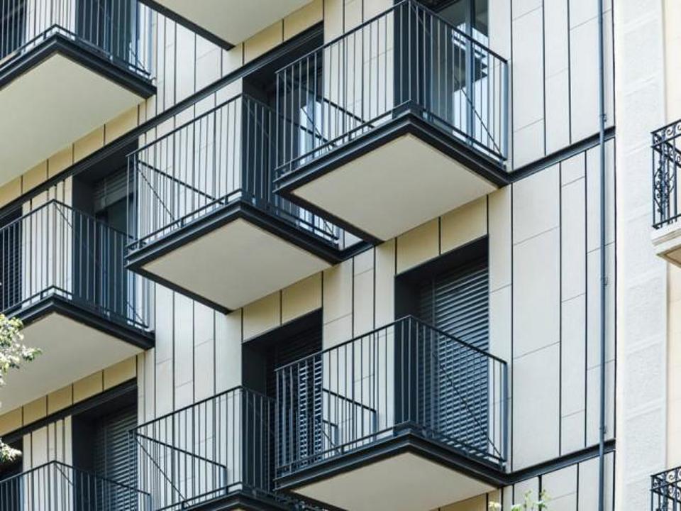 Polymer Concrete Facade in Vertical Slat Home