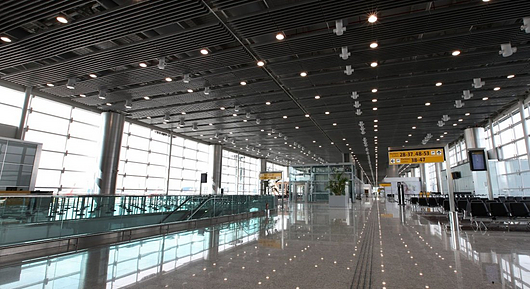 Baffle no Aeroporto Internacional de São Paulo | Hunter Douglas Brasil
