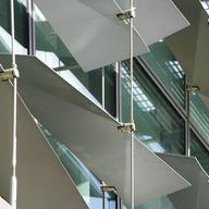 Cables y mallas tejidas de acero para fachadas y separación de ambientes