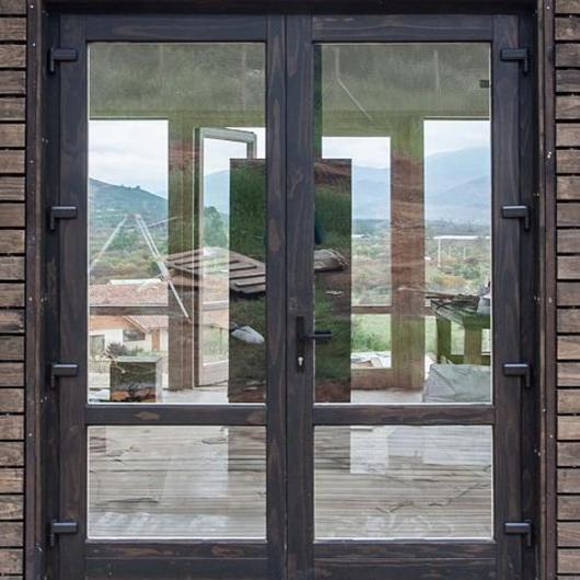 Aplicación de madera Hilam en perfiles de ventana - Radiata 78