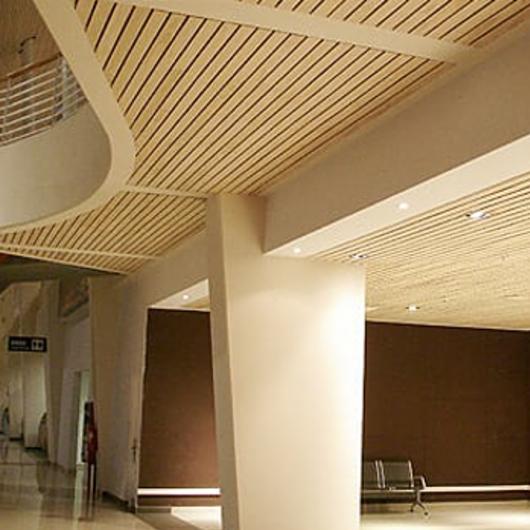 Revestimiento de madera Decofaz en aeropuerto - Aeropuerto El Tepual / Arauco