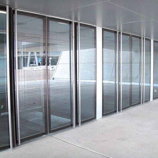 Puertas manuales pivotantes acristaladas