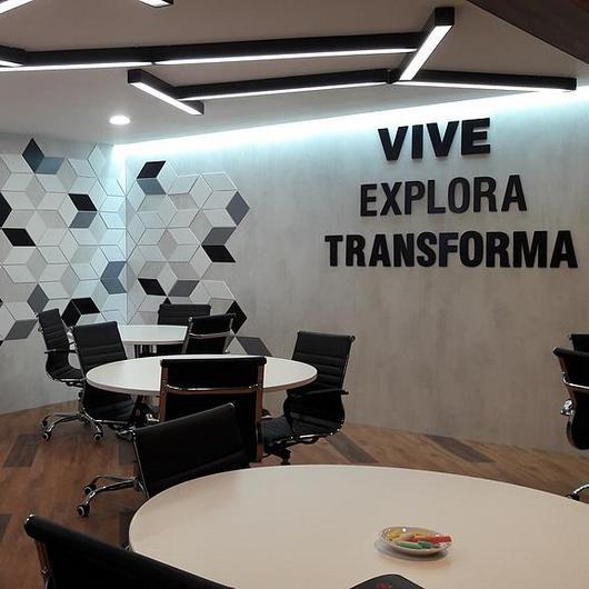 Madera en sala de negociaciones / Arauco