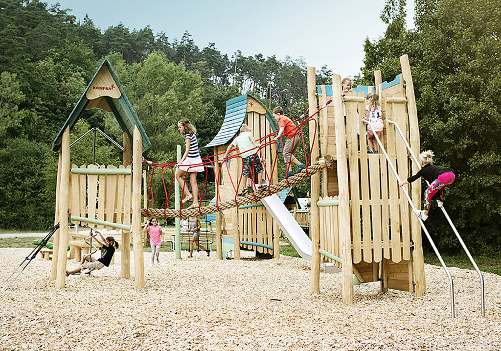 Juegos infantiles de madera Robinia KOMPAN®