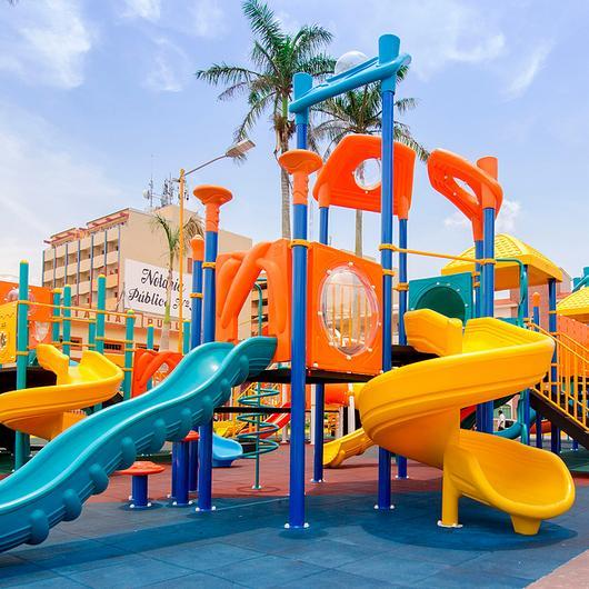 Juegos infantiles en Parque Constitución