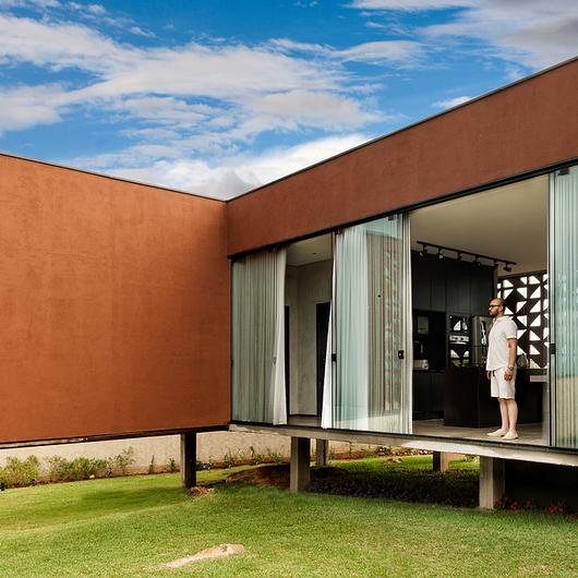 Textura acrílica 'Aço Corten' Terracor na Casa Clara / Terracor