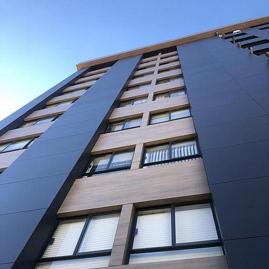 Fachada ventilada HPL Abet Laminati MEG en remodelación torre de departamentos / Amkel