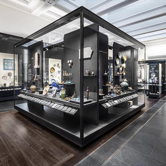 Display Cases in The Albukhary Gallery / Goppion