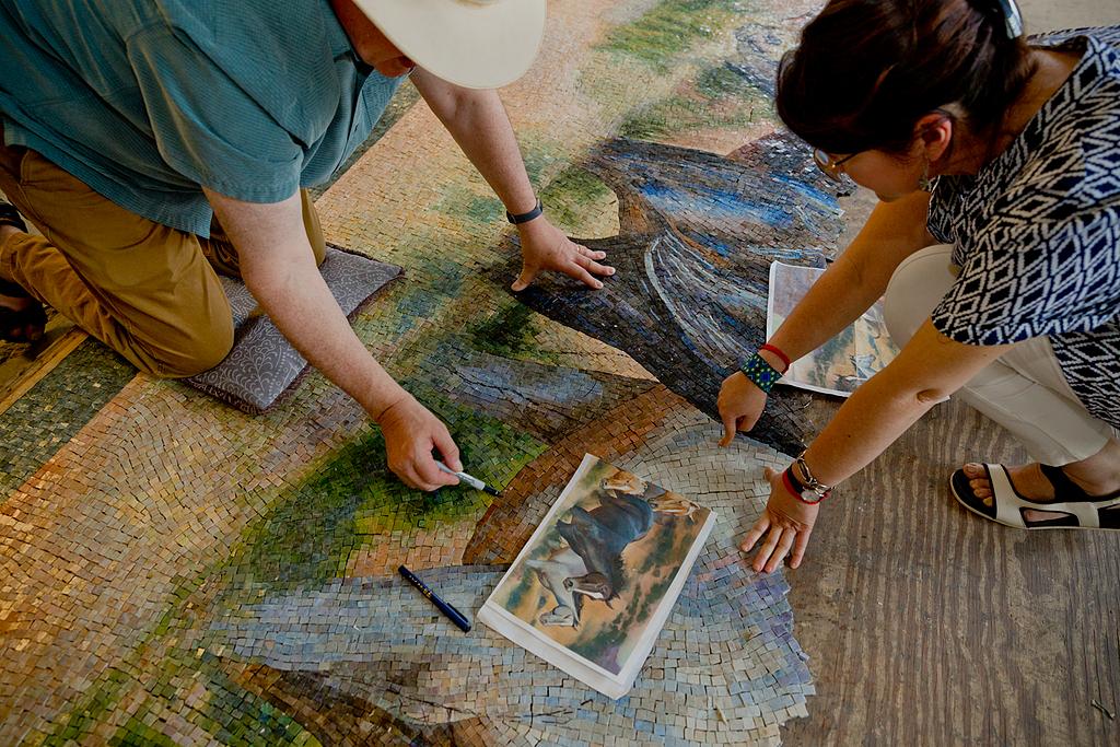 Mural de más de 688.000 piezas de esmalte de vidrio en Texas