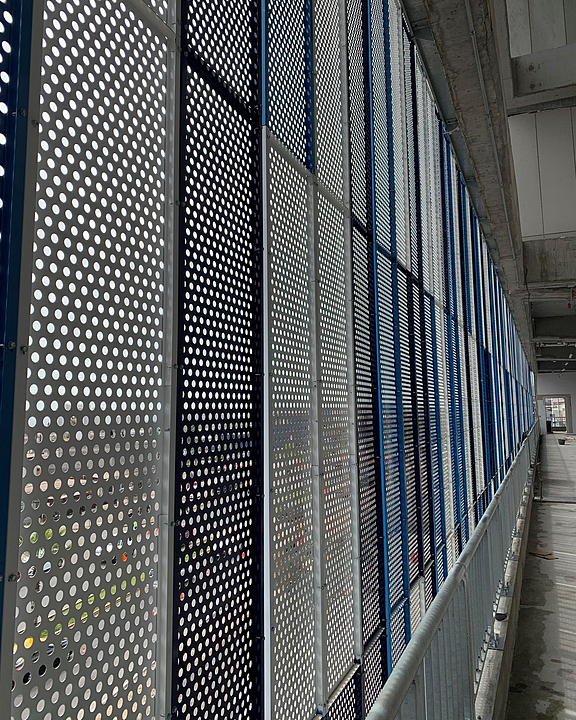 Panel metálico modular en recinto deportivo