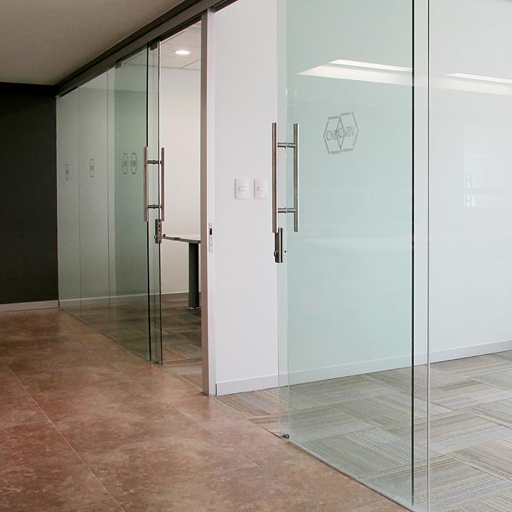 Sistemas corredizos para puertas de paso de vidrio