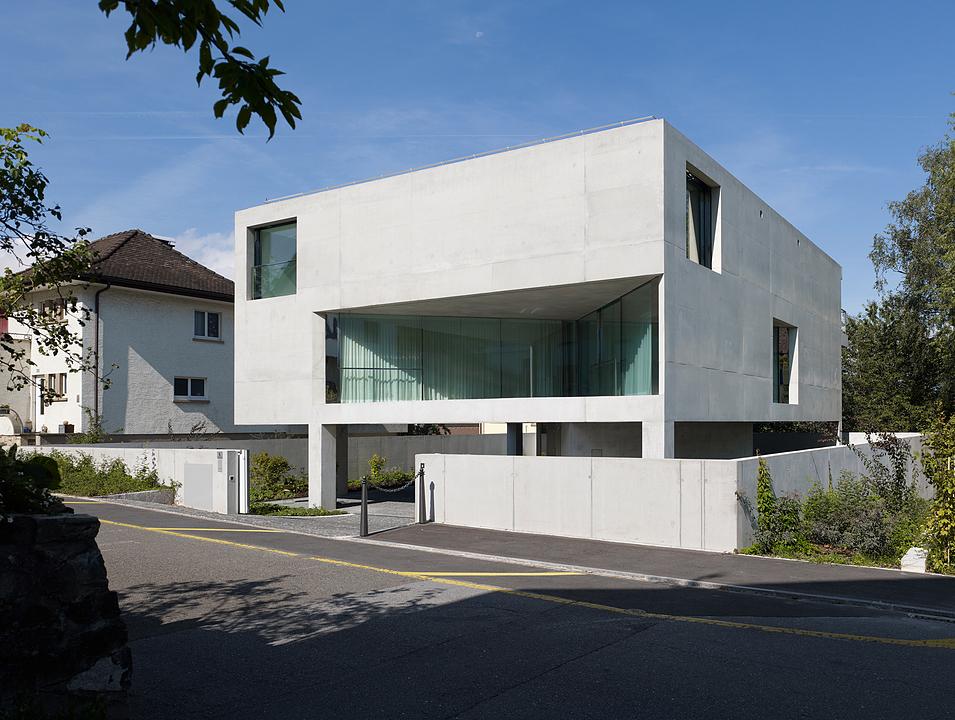 Frameless Glazing in Haus auf sechs Pfeilern