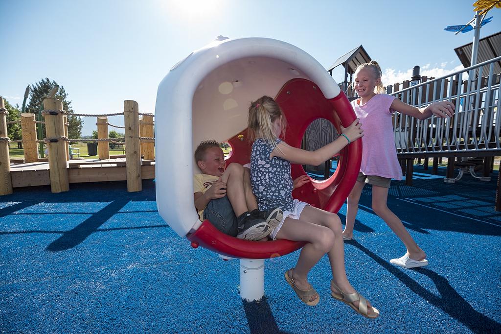 Juegos infantiles inclusivos de movimiento - Spin Cup y Cozy Cocoon