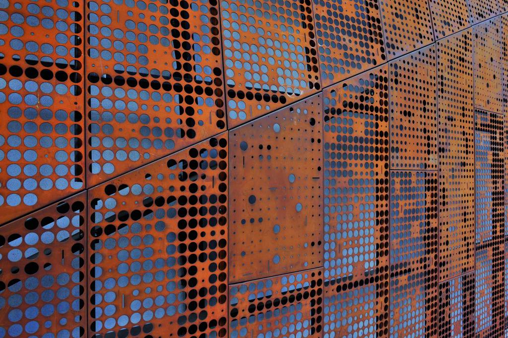 Revestimiento screenpanel de hunter douglas for Acero corten perforado oxidado