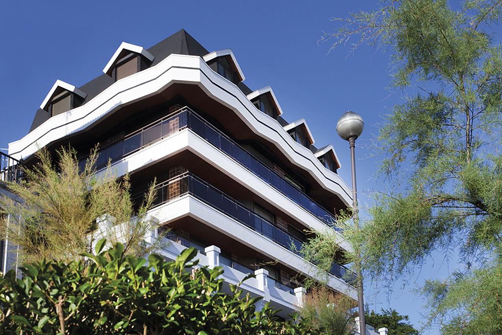 Stark Blanco Tile in La Concha Apartment Building