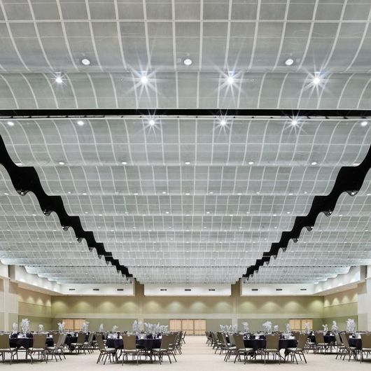 Serpentina® y Serpentina® Waves Nubes Suspendidas / Armstrong Ceilings
