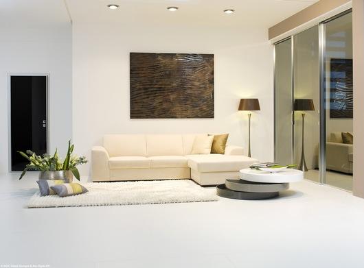 Mesa, porta e divisórias. Fotografia: Alu-Style Kft.