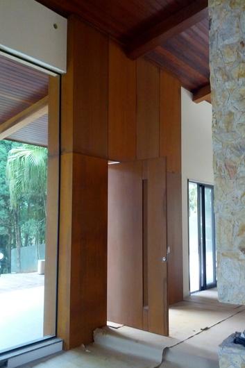 Aplicação como porta pivotante interna e bandeira fixa. As portas em Naturacor aceitam diversos tipos de fechaduras