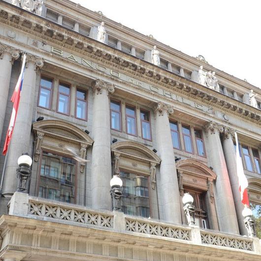 Ventanas de PVC en el Banco de Chile / Veka