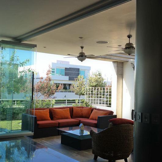 Sistema corredizo para puertas plegables de vidrio (Tauro Centro) / Ducasse Industrial