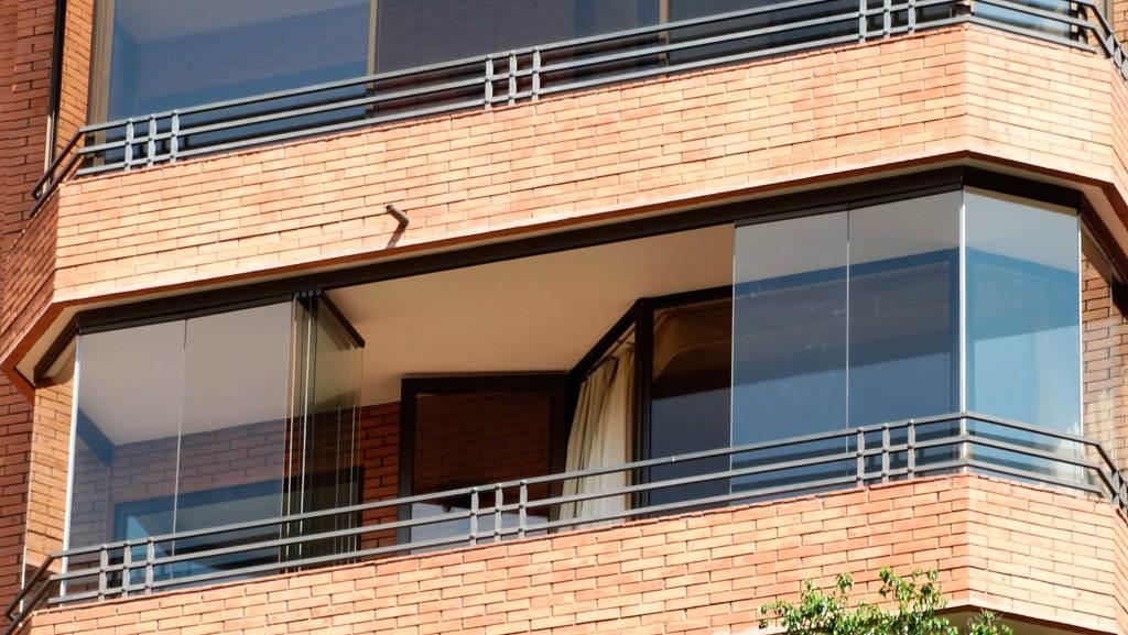 Cierre vidriado para balcones con antepecho de ducasse for Balcones madera exterior